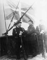 Miembros de la Marina de Guerra Auxiliar de Euzkadi realizando una guardia